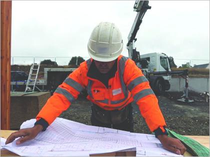 Consultation d'un plan sur un chantier